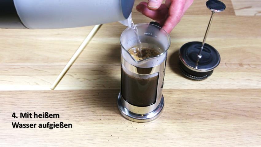 Kaffeezubereitung mit French Press - Anleitung - Aufgiessen