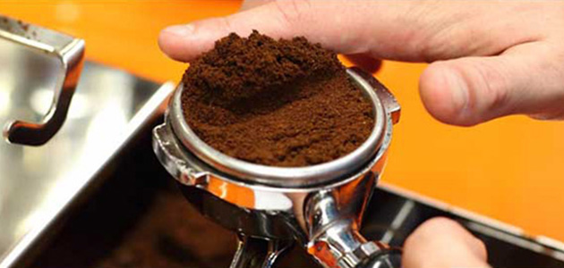 Espressozubereitung - Kaffee im Siebträger verteilen