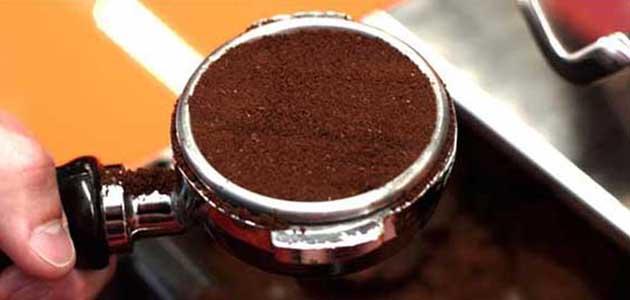 Espressozubereitung - Kaffee im Siebträger glätten