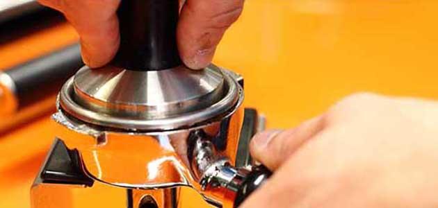 Espressozubereitung - Kaffeemehl polieren