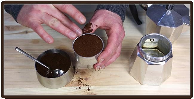Espressokocher Anleitung - Kaffee füllen - glattstreichen
