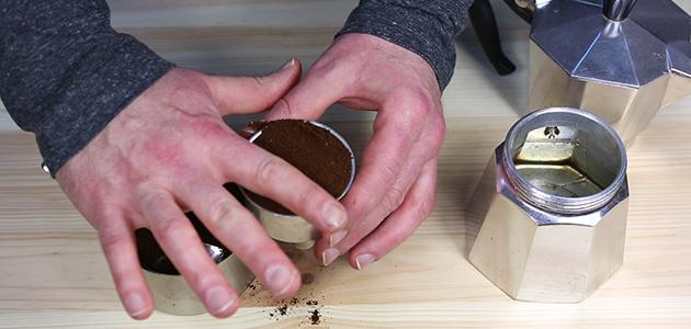 Espressokocher Anleitung - Rand glattstreichen