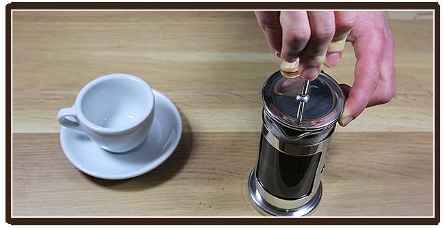 Kaffeezubereitung mit French Press - Anleitung - Drücken